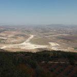 Pohled do údolí z přírodní rezervace, kde měl žít prorok Eliáš a utkat se s falešnými bohy baaly