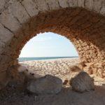 Nádherná pláž v Caesarea s pohledem na Aquaduct