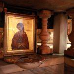 Bazilika Božího hrobu v Jeruzalému. Otvor pod obrazem připomíná, kde měl být usazen na Golgotě kříž, na kterém zemřel pan Ježíš...