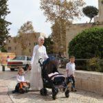 Mladé židovské maminky mají minimálně tři děti. Spíš se jich kolem nich ale motá mnohem více. čtyři až pět nejsou nijak neobvyklá čísla...