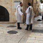 O židovském svátku Jom Kipur nenosí ortodoxní židé z důvodu pokory kožené věci, proto jich bylo možné v ulicích Jeruzaléma vidět více zcela bez bot.