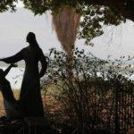 Socha u Galilejského jezera, připomínající povolání Petra P. Ježíšem