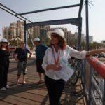 Turisté mohou na prohlídku města využít bezplatnou průvodkyni z Ministerstva turismu Izraele, která má kancelář na promenádě. Já tuto možnost využila a rozhodně nelitovala.