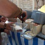Jednou týdně je ve městě trh místních produktů, který bývá v ulici kolmé k letišti.