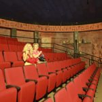 Nejdříve jsme absolvovaly v kinosále Timna parku dokumentární film o tomto územi. Bylo tam narváno! Já a dvě turistky z Moldávie :-)