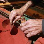 Zájemci si mohli z obarveného pisku naplnit lahvičky s nápisem Timna Park.