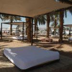 Návštěvníci mají na plážích absolutní pohodlí. K slunění i odpočinku mohou využít takové obrovské pohovky.