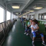 Moje sestra Blanka na lodi při cestě na Staten Island.