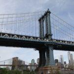 Pohled na Manhattan Bridge od vody.