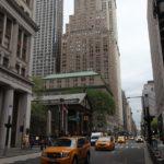 Pod mrakodrapy se krčí kostselík svatého Pavla, kam jsem zamířila v neděli na mši svatou.