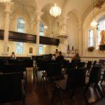 I s ochrankou a knězem bylo v kostelíku na mši okolo deseti lidí...