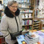 Hned u vstupu do knihkupectví paní Svatošovou vítala hromádka knih, které sama napsala.