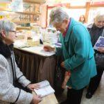 Marie Svatošová se zájemcům začala podepisovat o čtvrt hodiny dříve, protože se v obchodě s předstihem vytvořila fronta