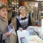 Marie Svatošová se zájemcům začala podepisovat o čtvrt hodiny dříve, protože se v knihkupectví s předstihem vytvořila fronta.