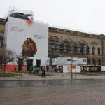 Severní stranu Zwingru směrem k Labi uzavírá tzv. Semperova budova (Semperbau). Byla postavena později (1855) ve stylu italské pozdní renesance. Galerie starých mistrů je v levém křídle téhle budovy, v pravém je umístěna zbrojnice.