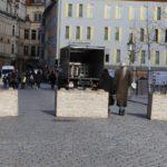 Tyto betonové bloky jsou zátarasy, aby do trhů nenajel nějaký šílený terorista