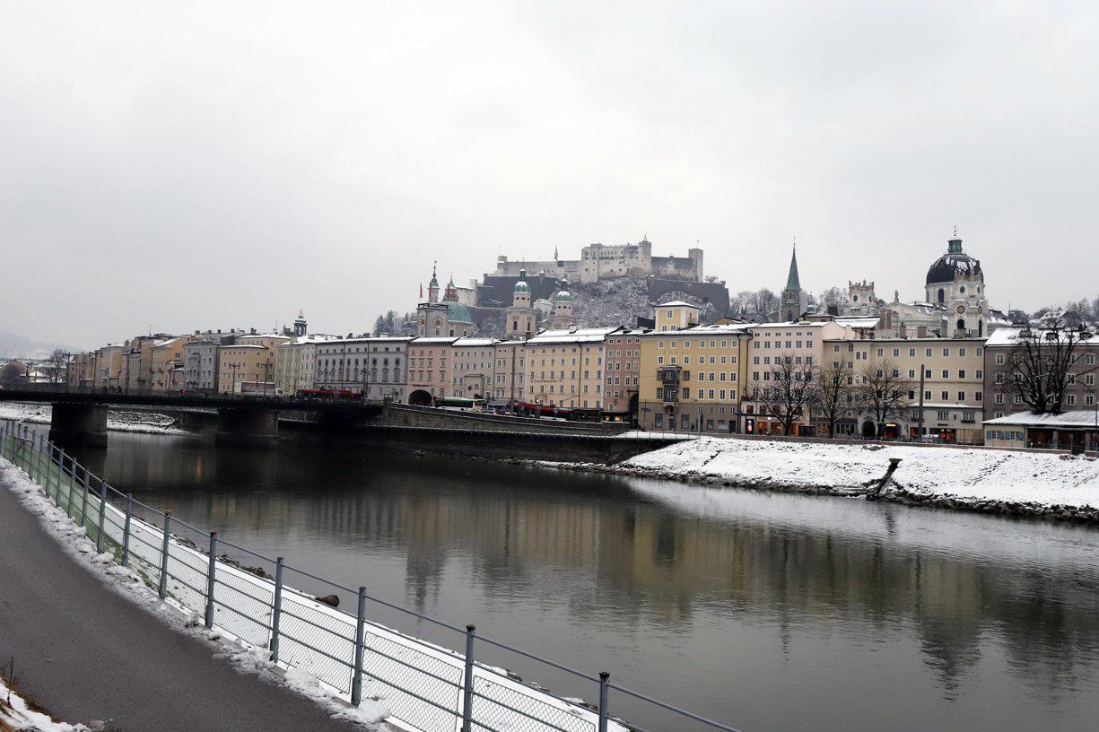 Přes řeku Salzach zamířili do Starého Města.