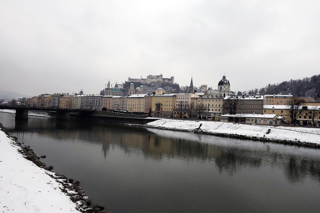 Přes řeku Salzach zamířili do Starého Města.Přes řeku Salzach zamířili do Starého Města.