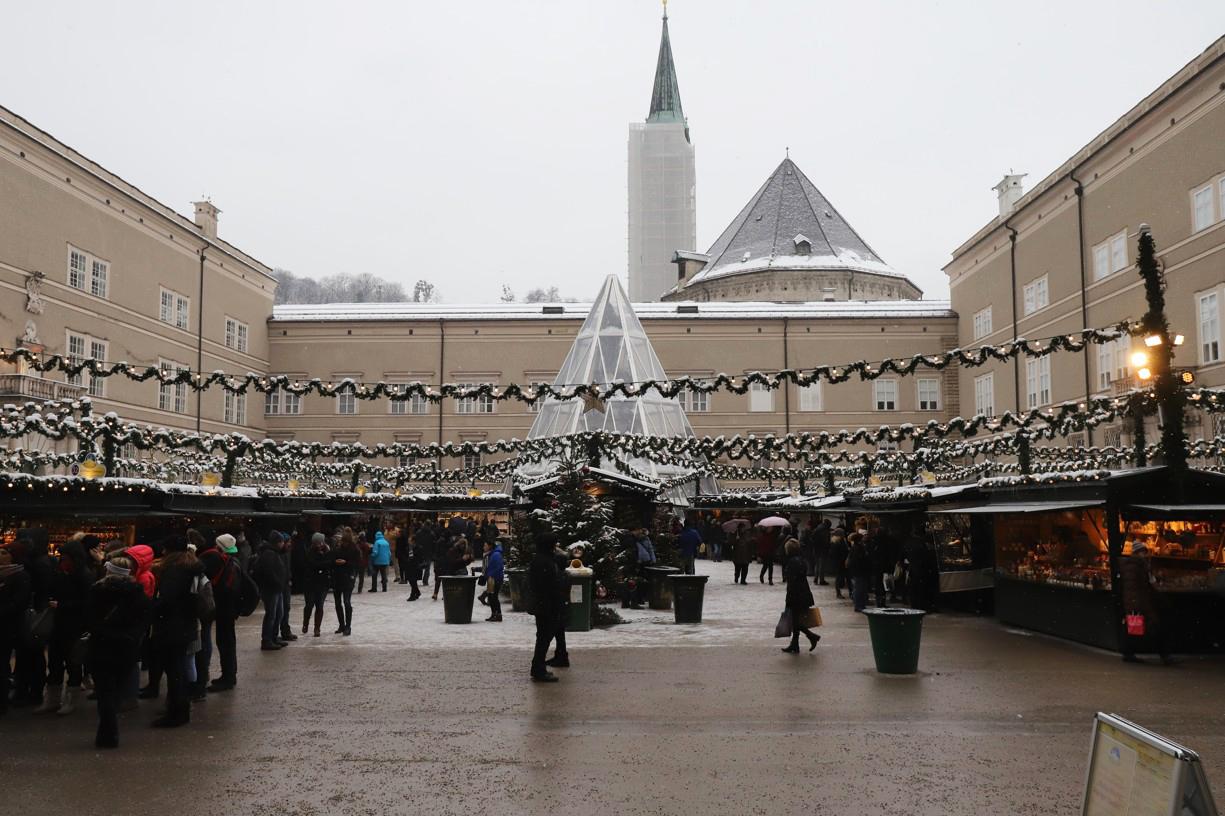 Okolo deváté ráno bylo na trhu před katedrálou prázdno, ale odpoledne se tudy nedalo projít