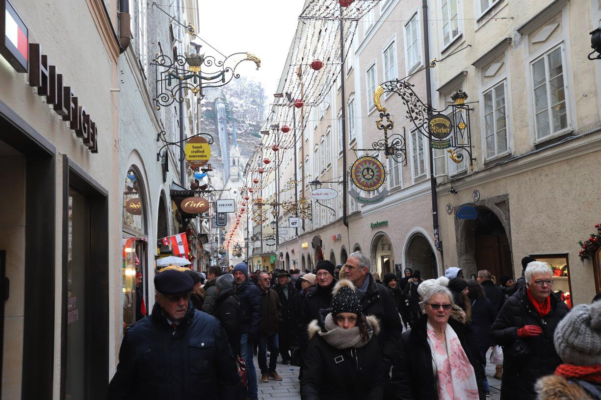 Getreidegasse, v českém překladu Obilná ulička, je hlavní tepnou v srdci Starého Města salcburského