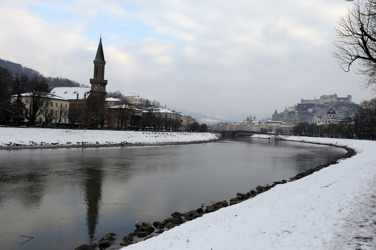 Podél řeky Salzach vede po obou stranách cyklostezka i chodník pro pěší