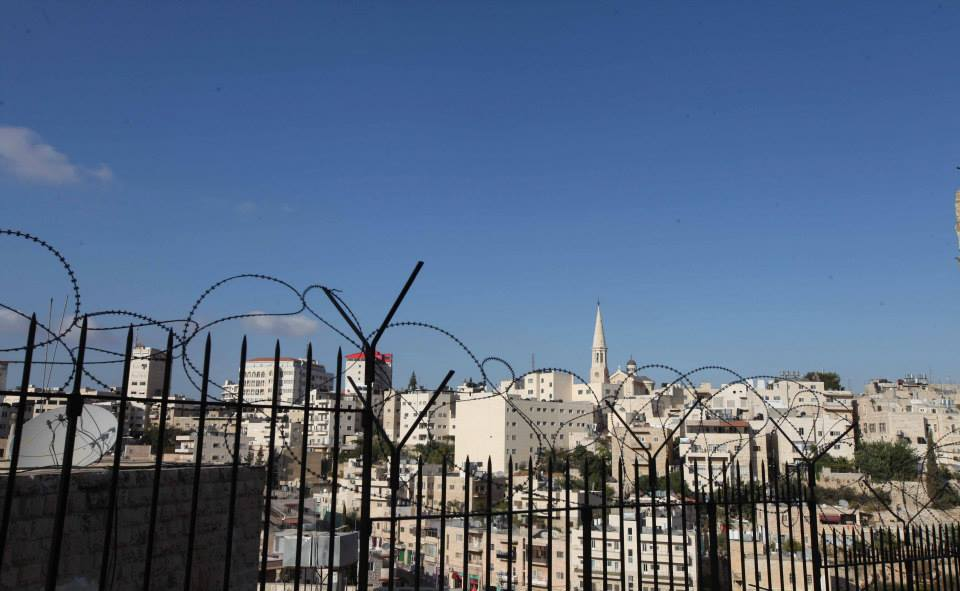 Pohled na Betlém přes plot karmelitánek...