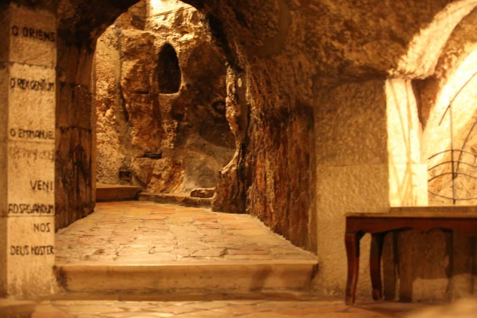 Tak v této jeskyni přeložil sv. Jeroným Písmo svaté z hebrejštiny do latiny. Údajně chtěl být stále co nejblíže jesličkám P. Ježíše...
