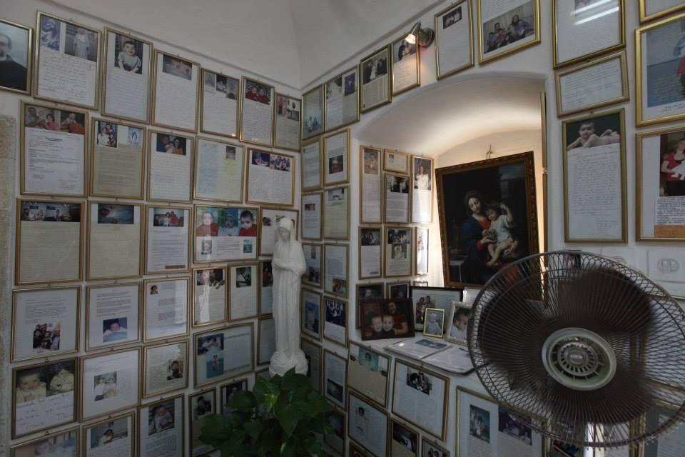 V kanceláři vedle Jeskyně mléka dokládají více než tři tisíce zázračného uzdravení z neplodnosti i rakoviny