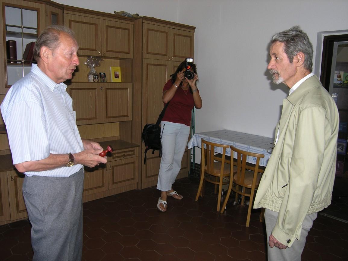 P. Palacký v sakristii kaplee na Antonínku v rozhovoru s tehdejším strážcem kaple panem Vyskočilem. Foto: Kateřina Jagošová