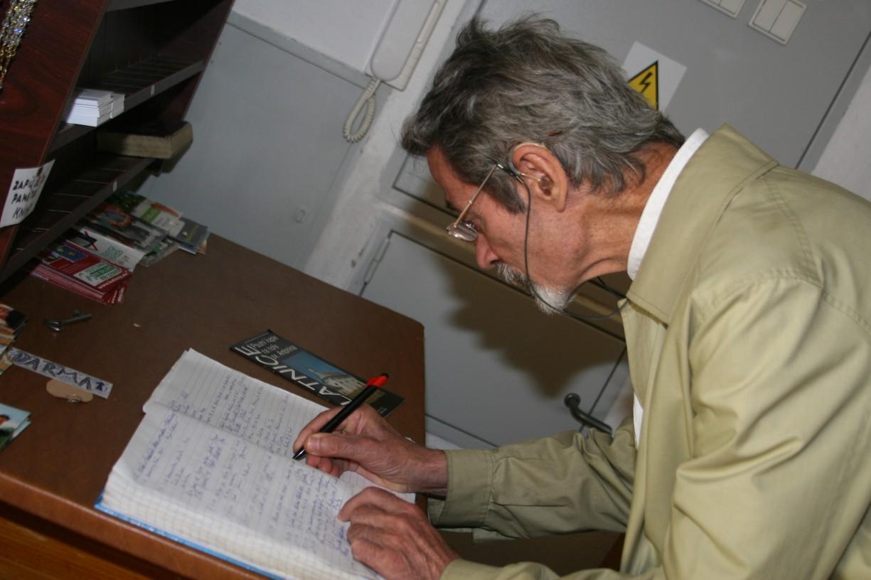 P. Palackýse v sakristii kaple na Antonínku podepsal do pamětní knihy. Jeho zápis bychom našli pod datem 8. 7. 2007