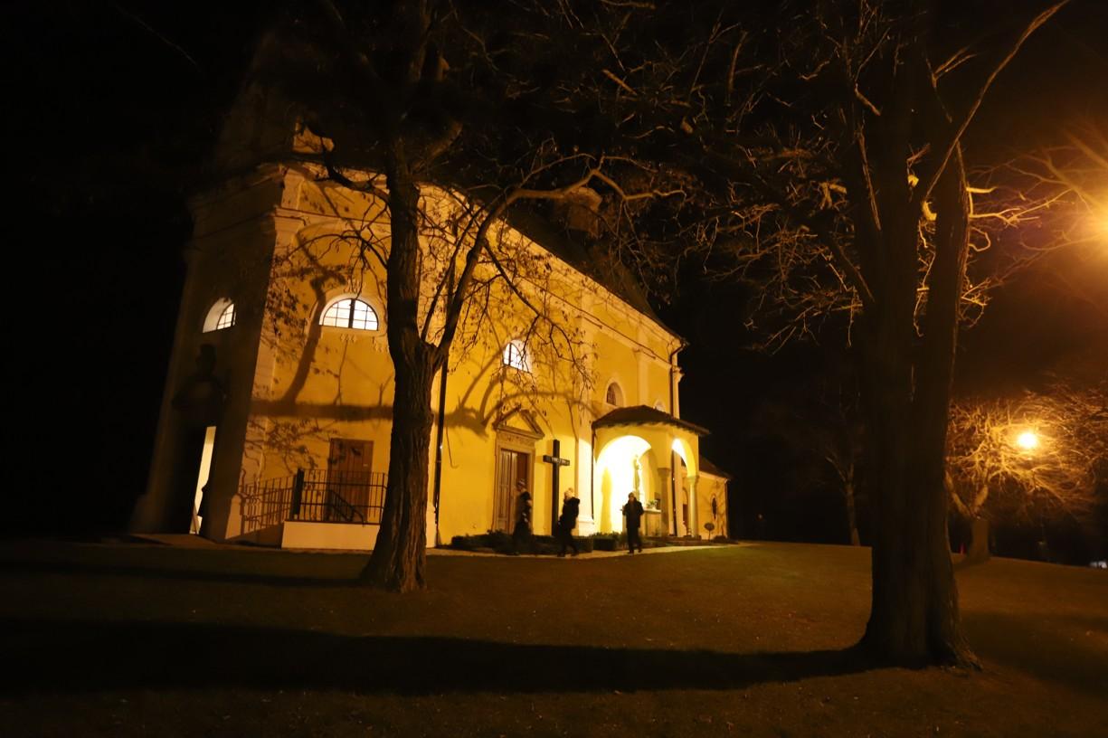 První věřící začali do kaple na Antonínku přicházet už pětačtyřicet minut před zahájením mše svaté.