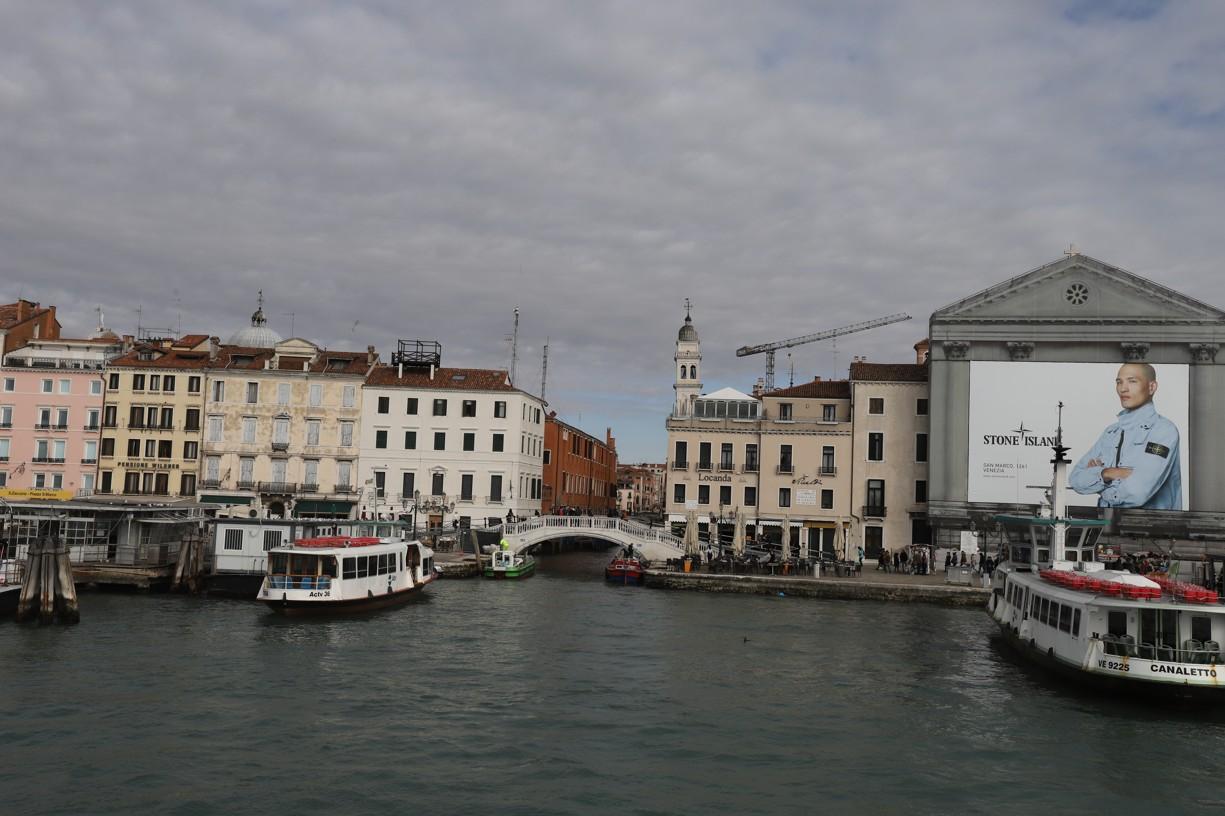 Pohled z lodi při příjezdu do Benátek