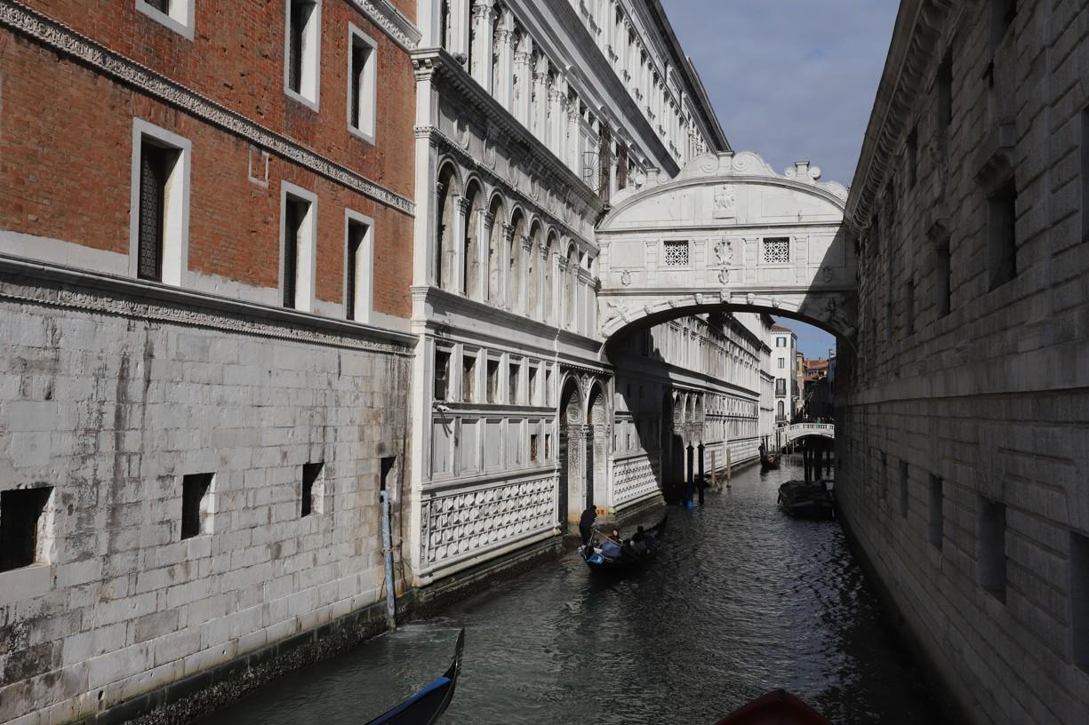 Tímto krytým mostem se procházelo z Dóžecího paláce, kde se vyslýchali vězni, do vězení, proto dostal název Most vzdechů.