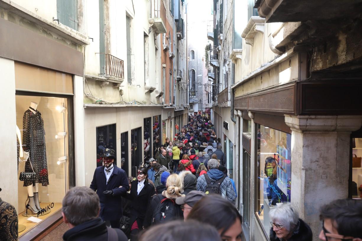 V úzkých uličkách Benátek bylo od ranních hodin ještě těsněji