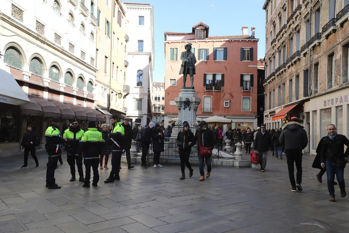Na pořádek v ulicích dohlížela policie. Žádné betonové zátarasy, jak je známe kvůli teroristům v jiných městech Evropy, ale k vidění nebyly.