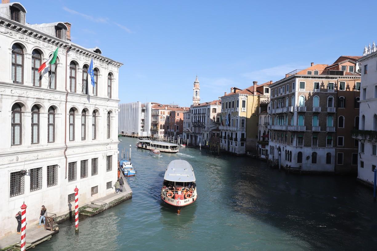 Pohled z mostu Ponte di Rialto na Canal Grande