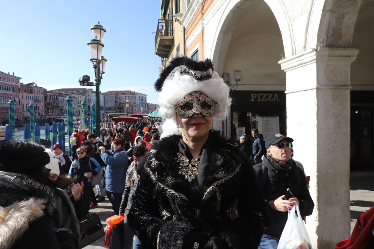 Lidé v nejrůznějších maskách fotografům ochotně pózovali