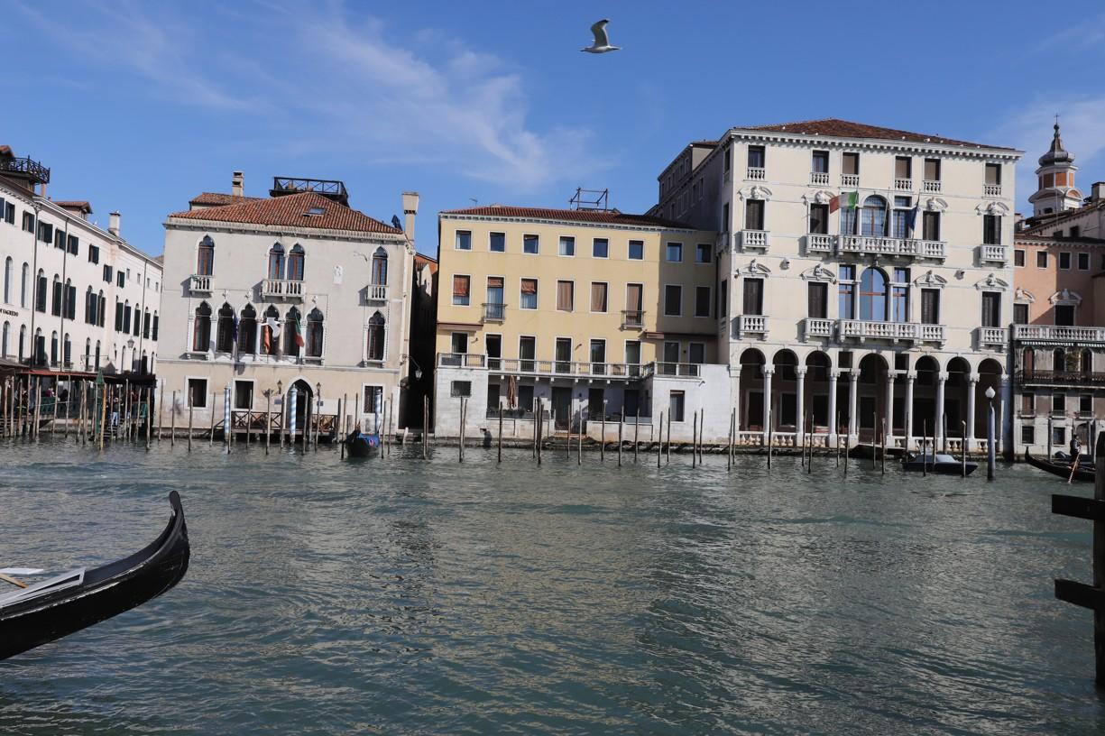 Úžasné pohledy na architekturu Benátek obklopenou vodními cestami