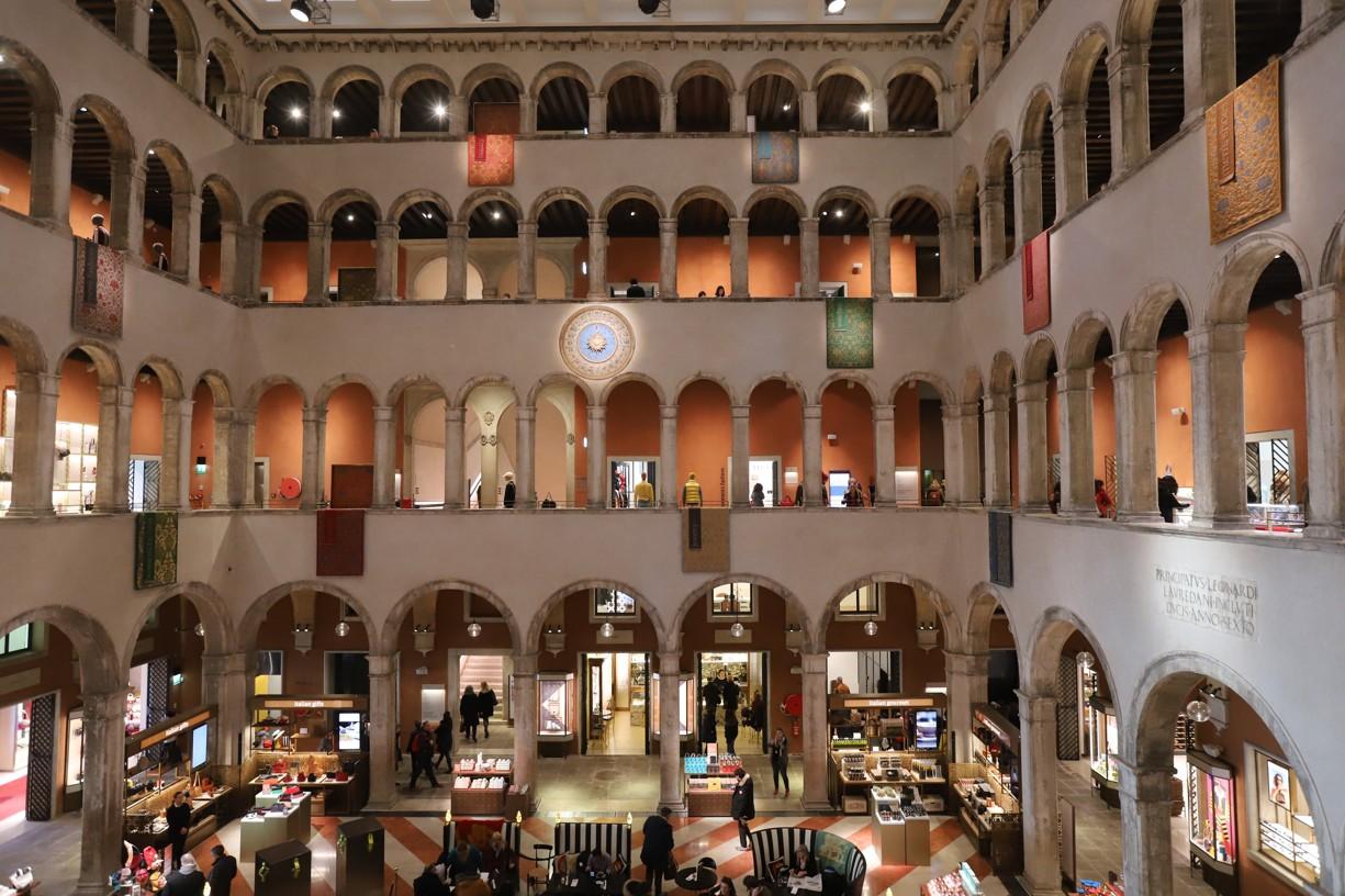 Luxusní obchodní dům, z jehož terasy je krásný pohled na kanál Grande a most Rialto