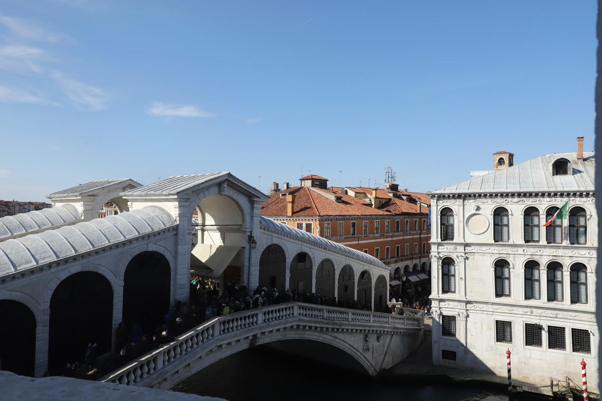 Pohled na most Rialto ze sousedního obchodního domu