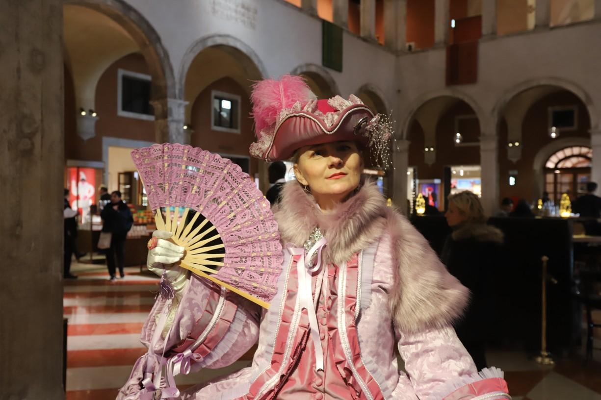 I v obchodním domě byli k vidění přímí účastníci benátského karnevalu