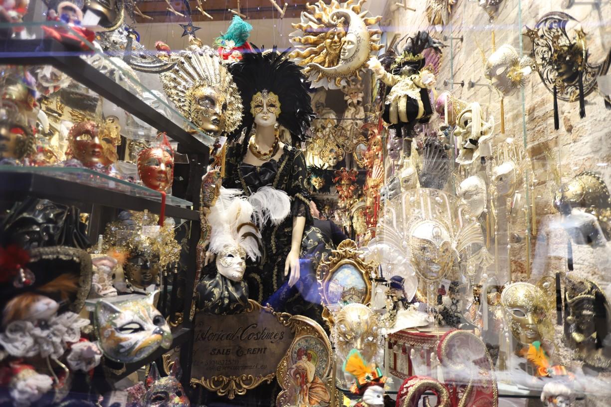 Pohled do jedné z výloh bentáských obchodů