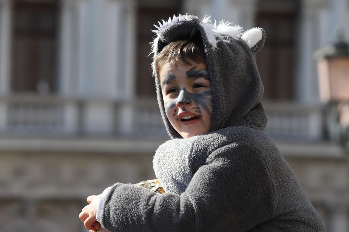 Toto dítě si užívalo karneval s maskou namalovanou přímo na tváři