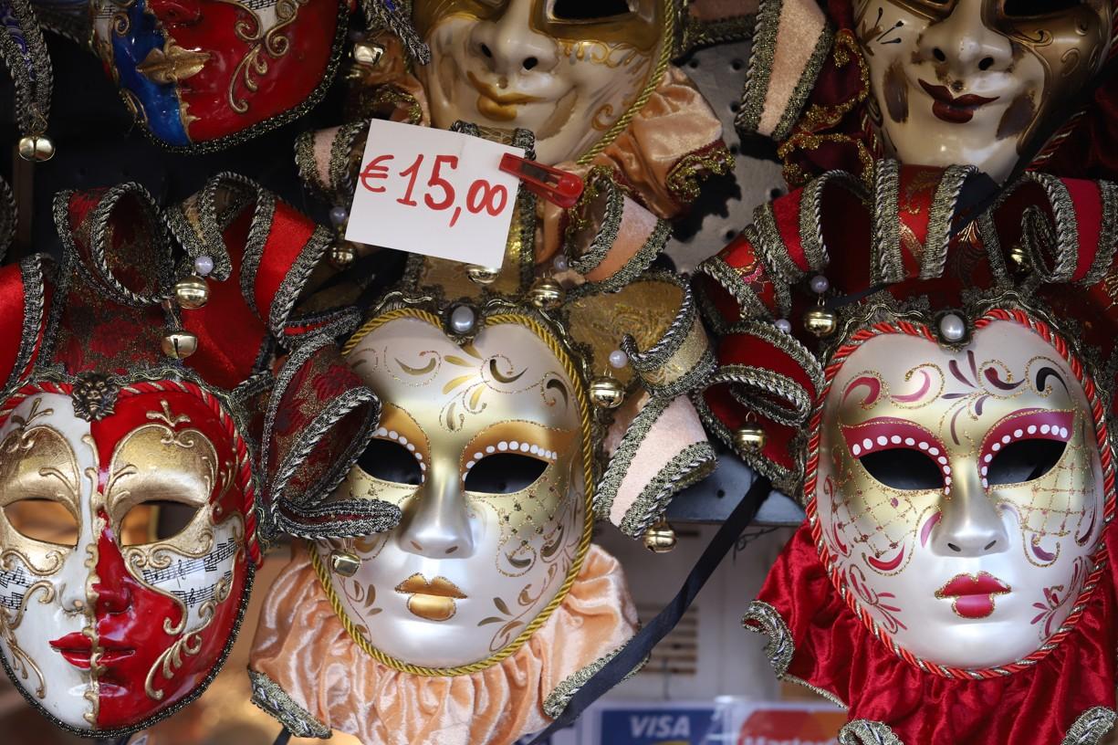 Ve stáncích si mohli turisté zakoupit nejrůznější masky za různé ceny
