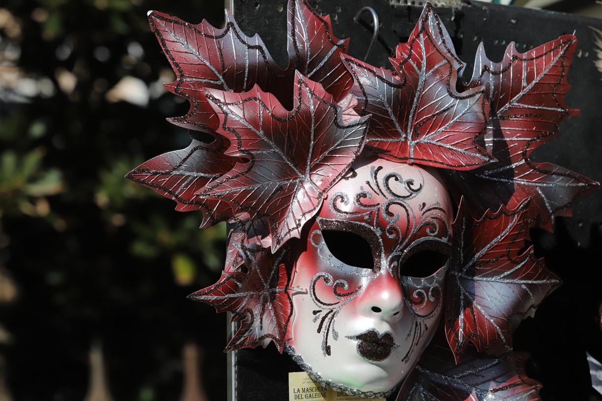 Ve stáncích si mohli turisté zakoupit nejrůznější masky