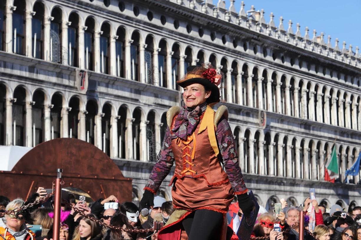 Moderátoři v maskách zahájili program průvodu dvanácti Marií na podiu náměstí svatého Marka
