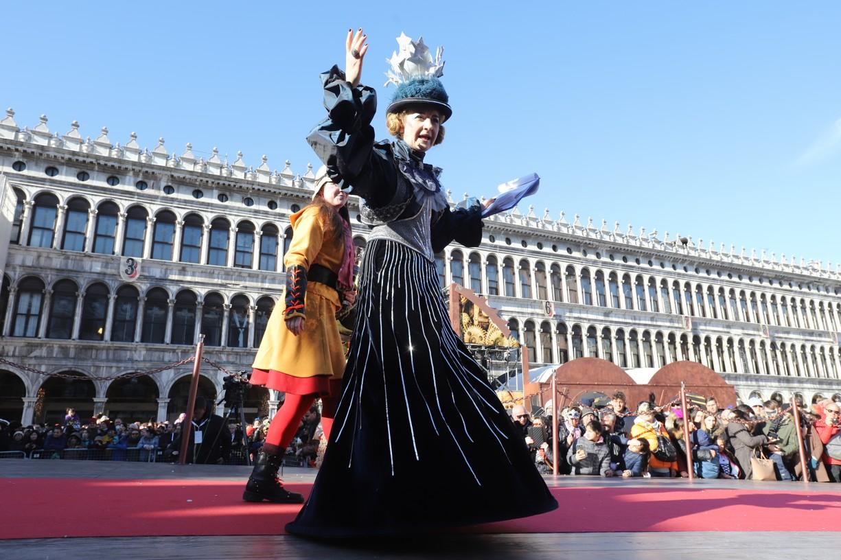 Moderátoři v kostýmech na hlavním podiu náměstí sv. Marka, kam dorazil průvod Marií