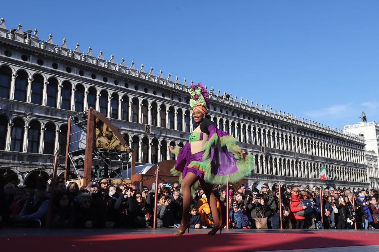 Vystoupení kubánských tanečníků na náměstí sv. Marka