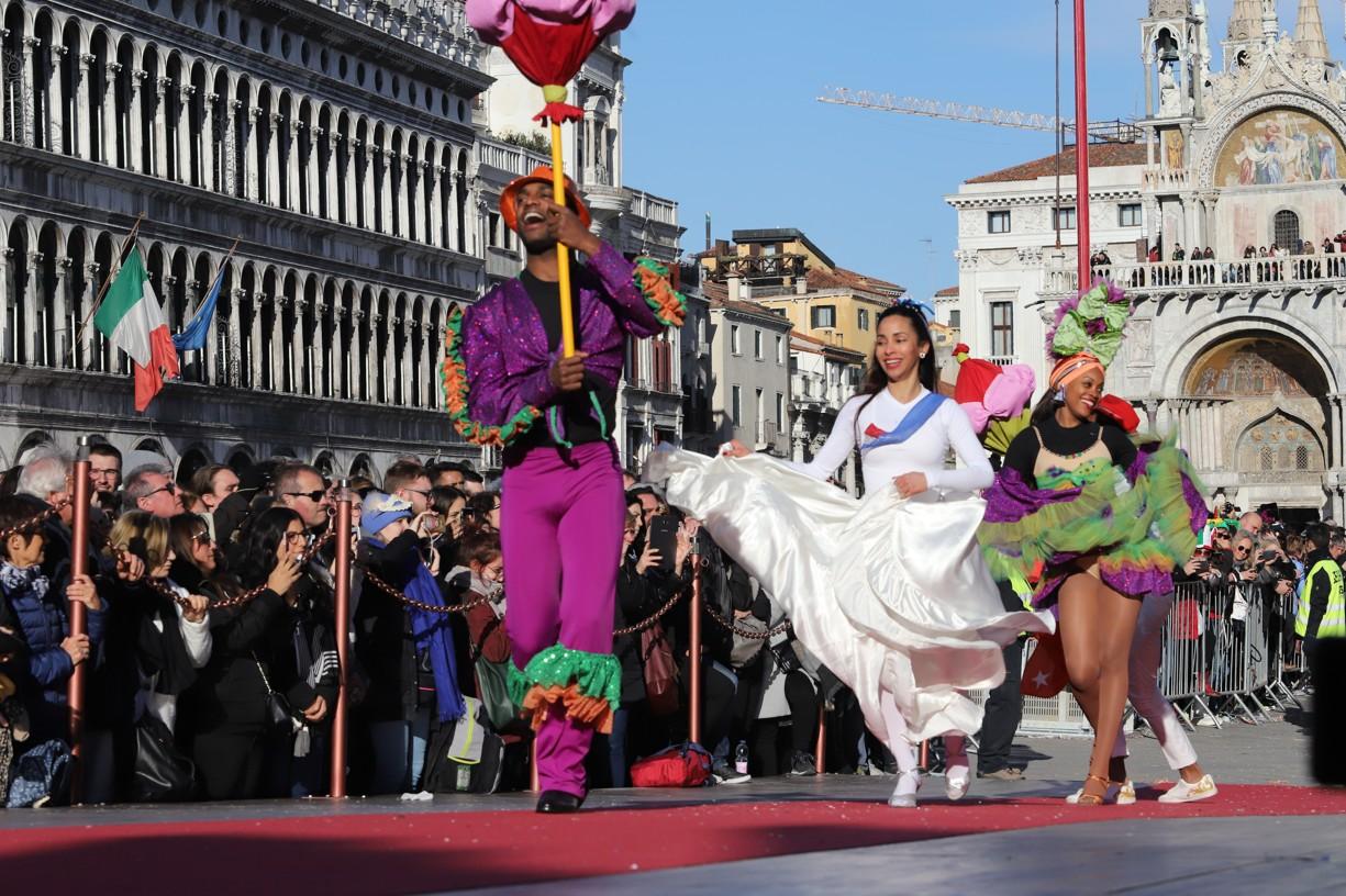 Doplňkový program před příchodem průvodů Marií zajistila kubánská skupina tanečníků