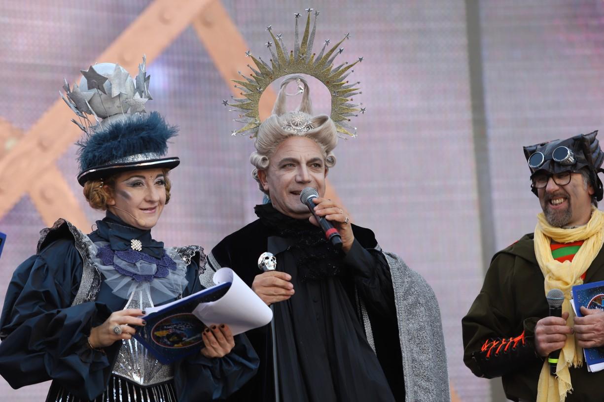 Moderátoři v maskách měli průvodní slovo v italštině, angličtině a francouzštině